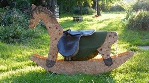 holzschaukelpferd-im-Garten
