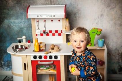 Spielen in der Kinderspielküche